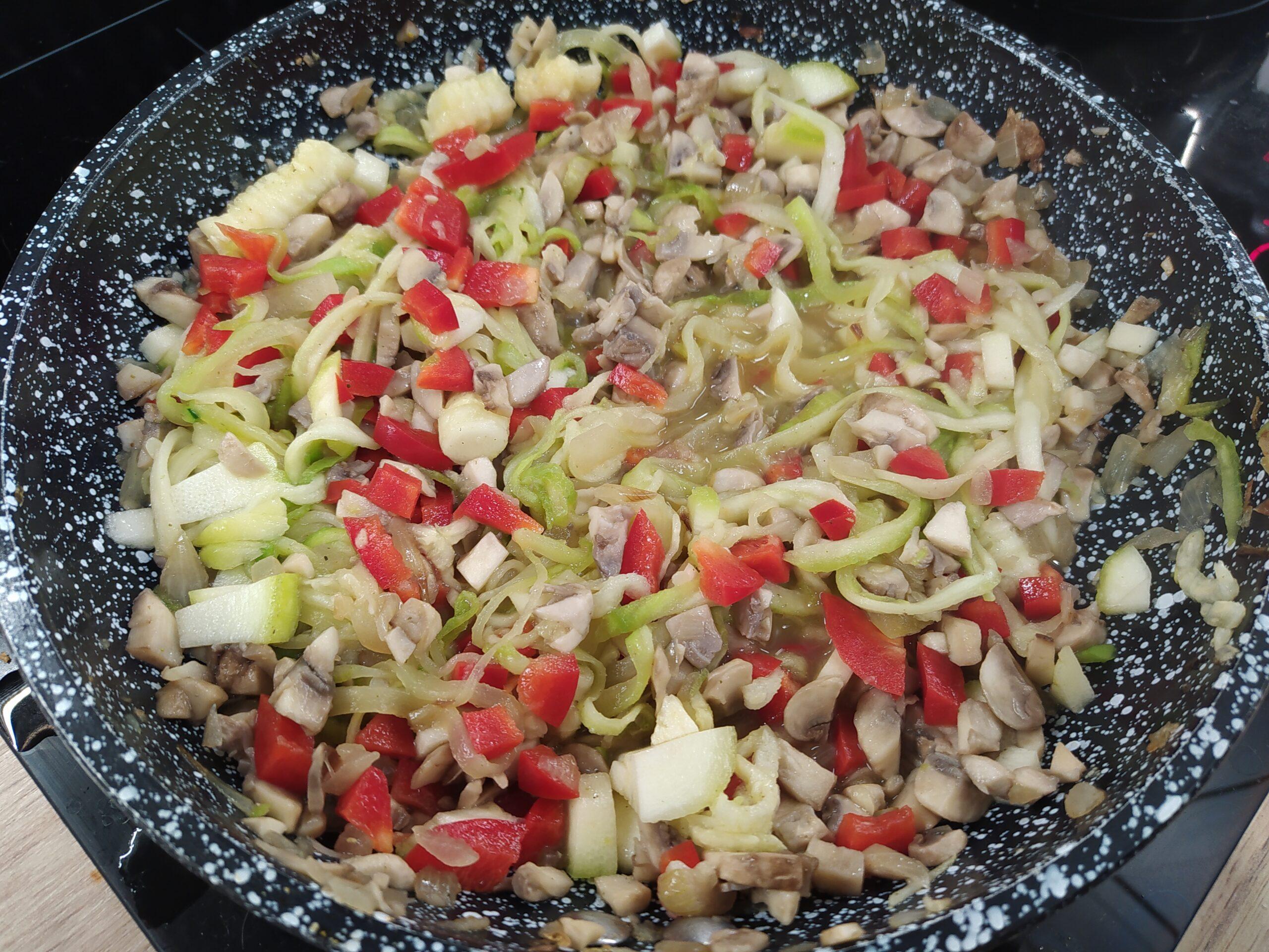Makaron z cukinii z warzywami