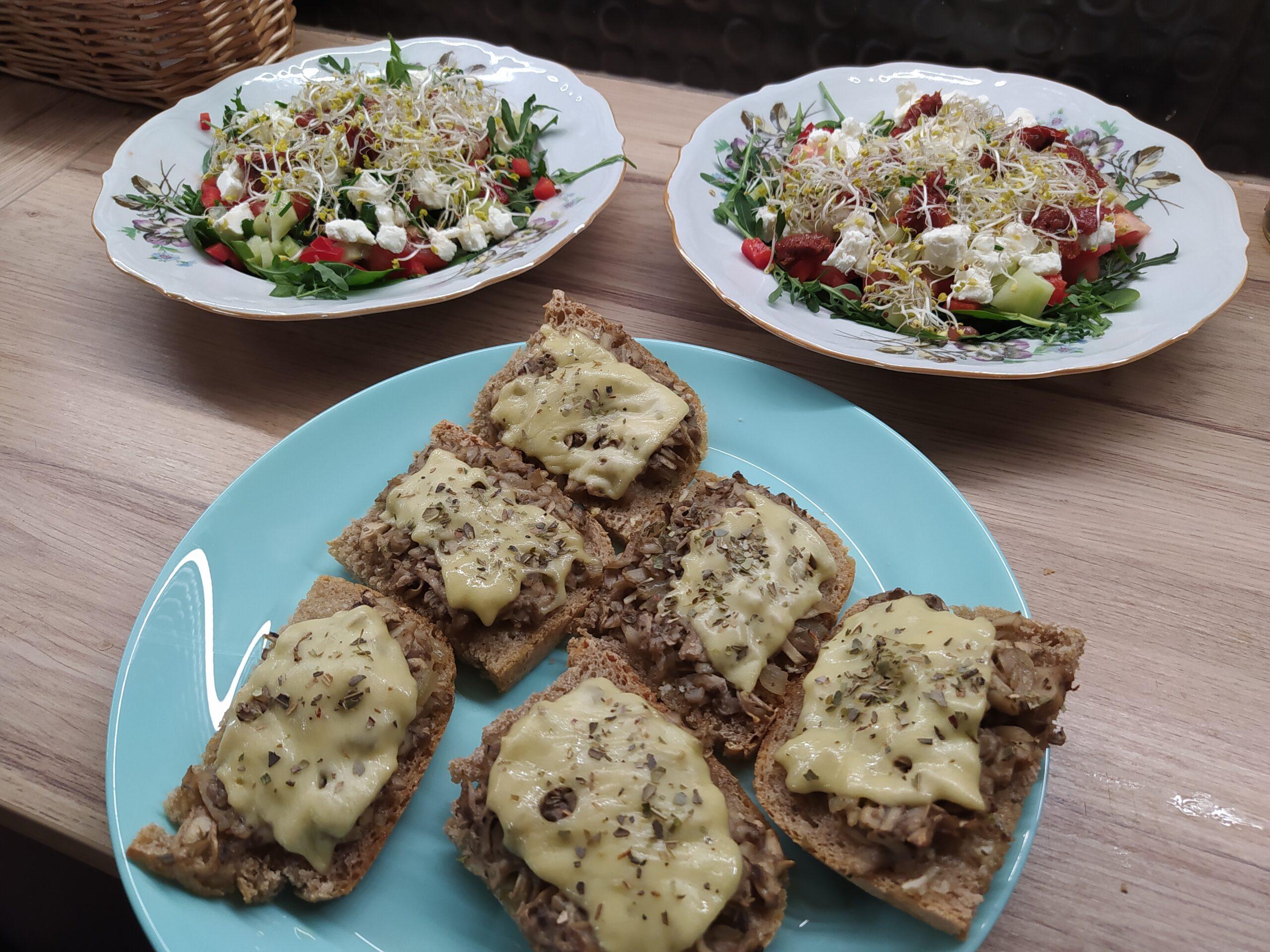 Zielona sałatka i grzanki z pieczarkami i serem
